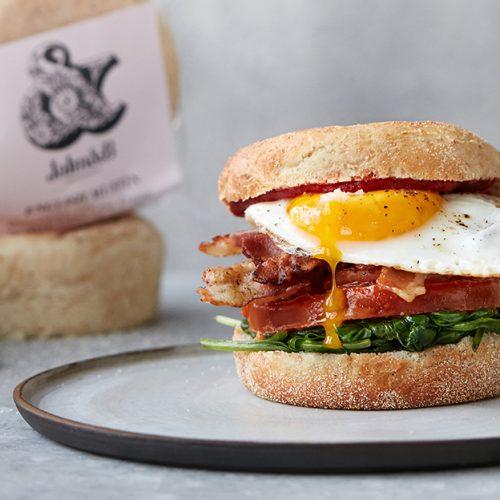English Muffin med æg og bacon